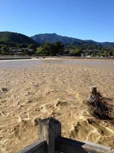 渡月橋から撮った増水した桂川(9月17日撮影)