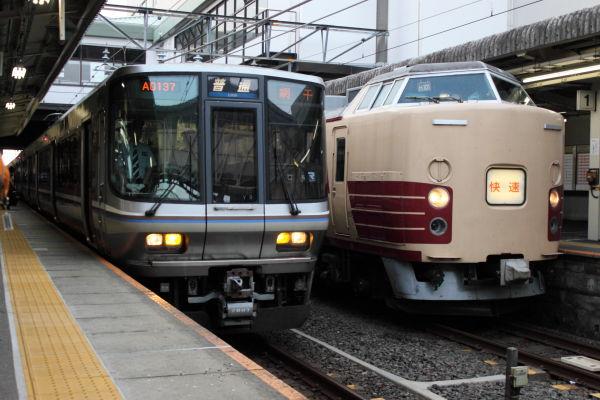 発車待ち223系と終点に到着したムーンライトながら183系(2012/07/30 大垣駅)
