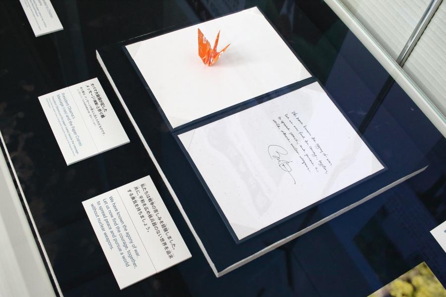バラク・F・オバマ米国大統領が記したメッセージ(複製)と折り鶴。※もう片方は長崎にある。