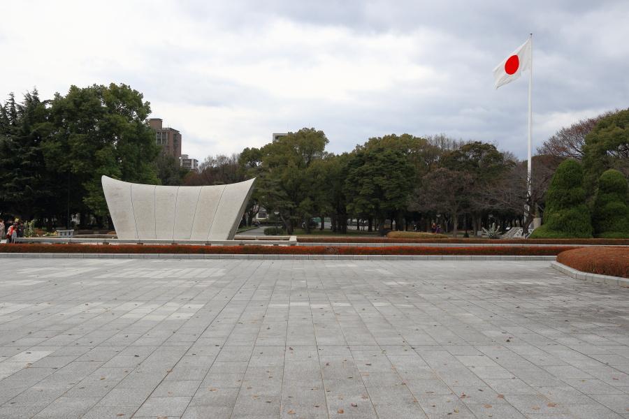 原爆死没者慰霊碑(横から)