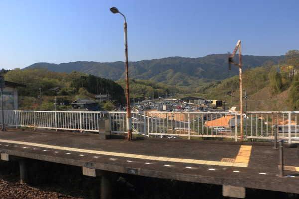 月ヶ瀬口駅から、道の駅を見る