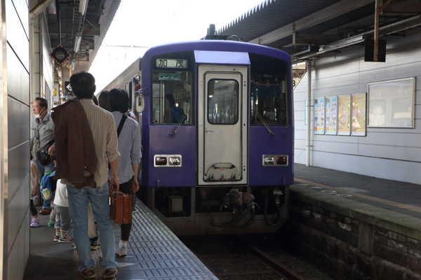 加茂駅に停車中のキハ120
