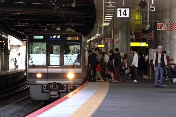 新大阪駅に停車中の207系
