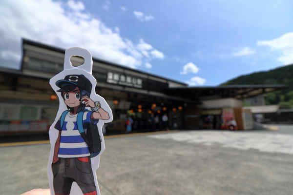 嵐山駅駅舎とヨウくん
