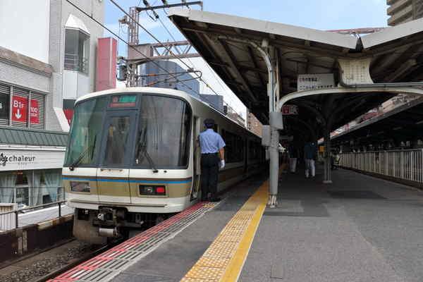 天満駅に停車中の221系トップナンバー車