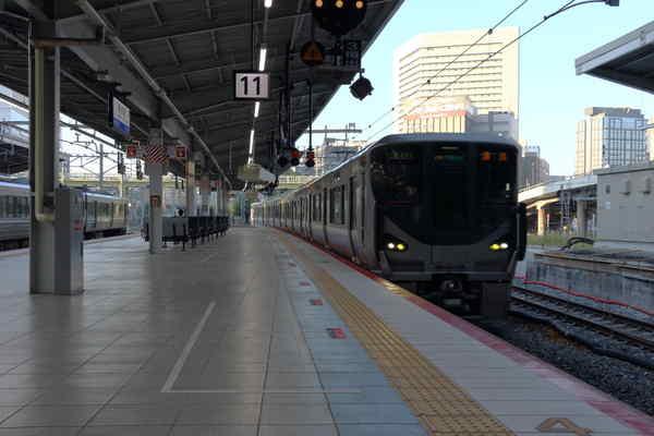 225系5000番台新大阪駅到着