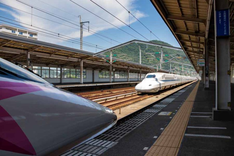 通過待ちの500系ハローキティ新幹線を追い抜くN700系