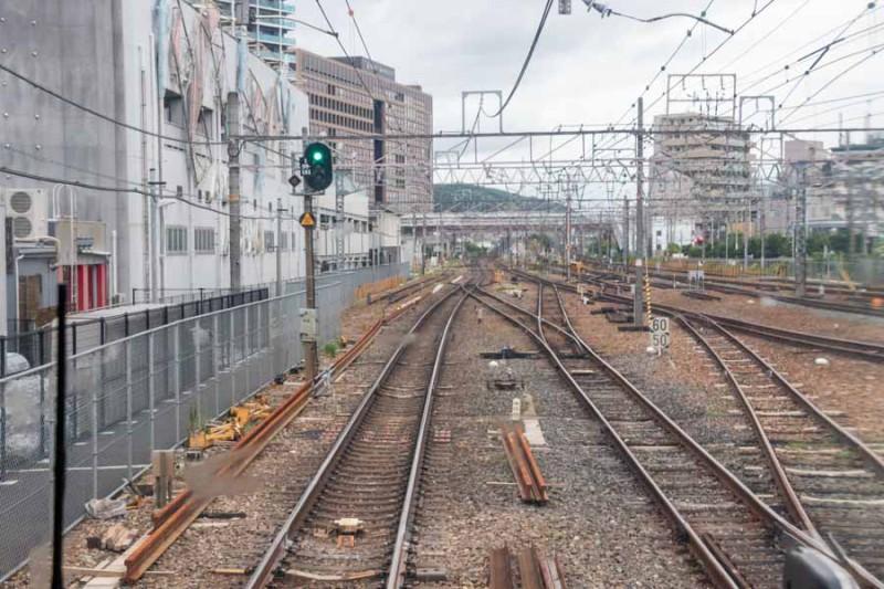 高槻駅に停車中の新快速から東京方面を見る