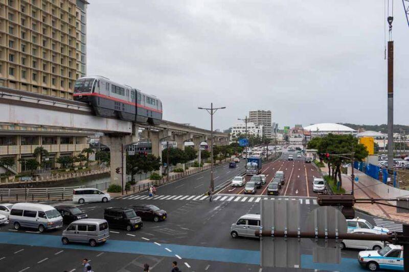 那覇バスターミナル付近を通過するゆいレールと国道58号