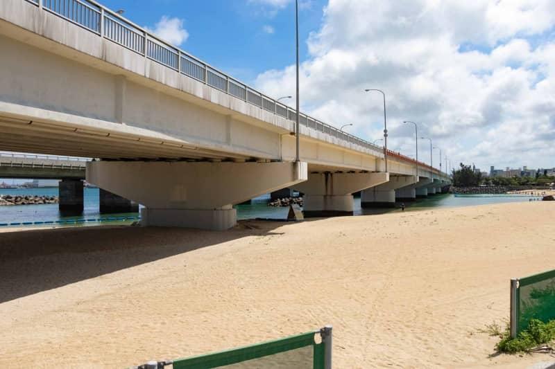 波の上ビーチと高架道路