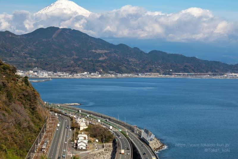 薩埵峠から撮影した東海道本線と国道1号、東名高速